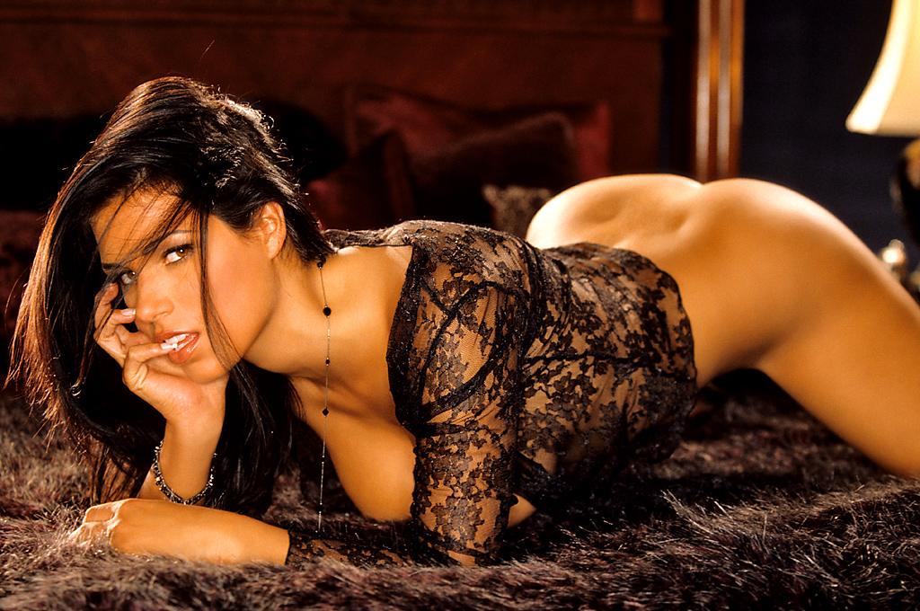 красивая обнаженная девушка брюнетка фотосессия