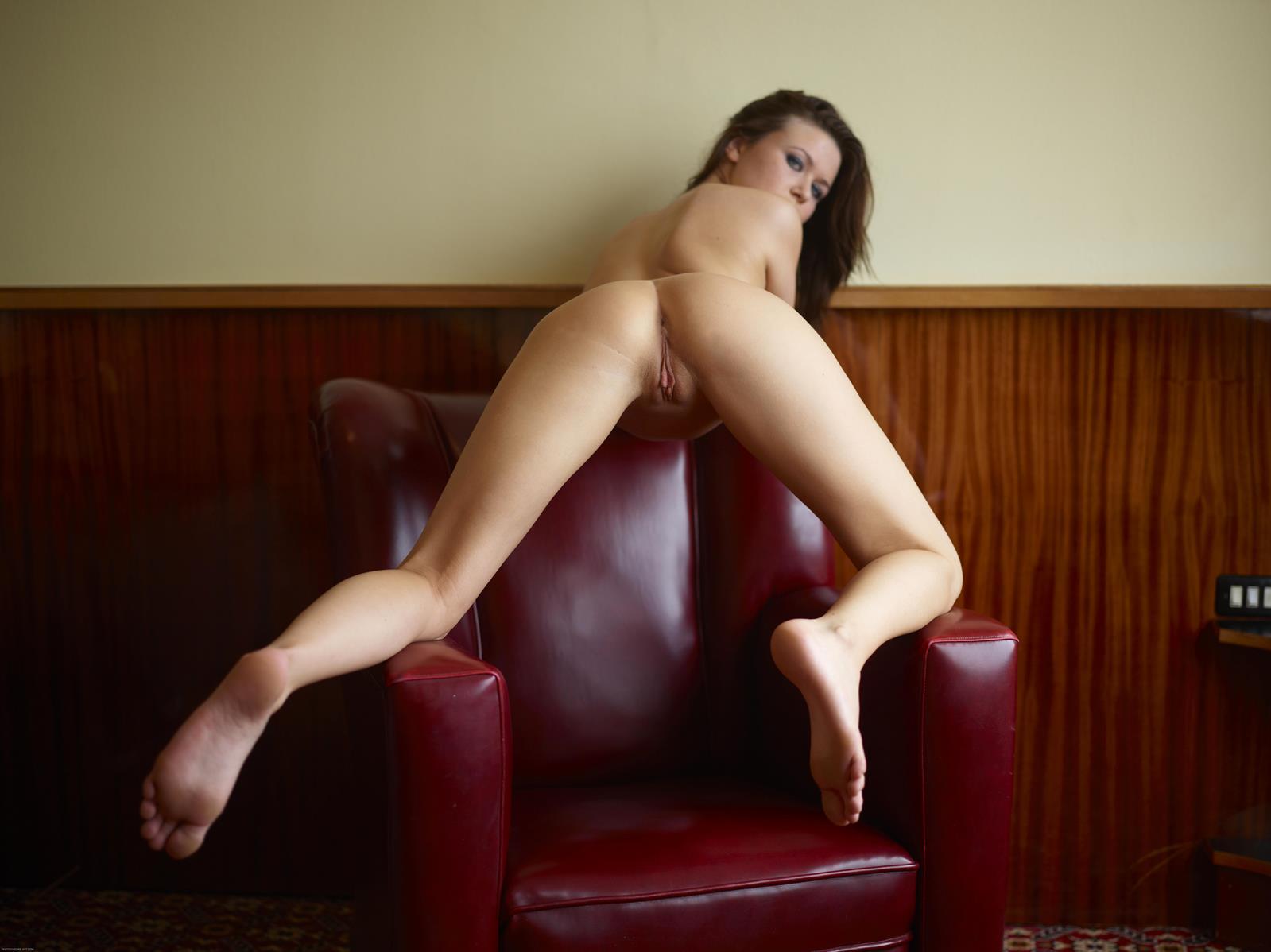 как раздвигать ноги на стуле нашем порно